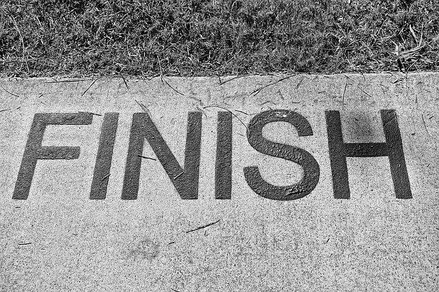 地面に書かれたFINISHの文字