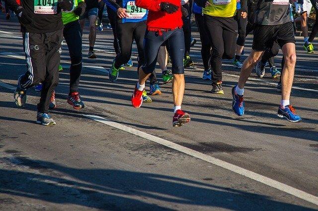 たくさんのマラソンランナーたち