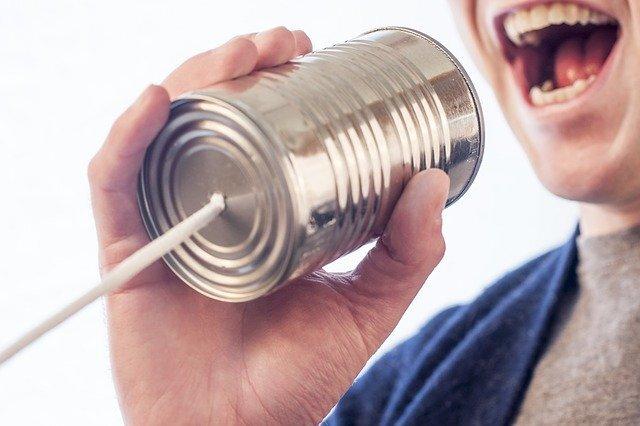 糸電話を持つ人