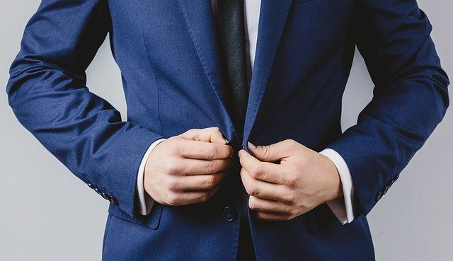 ビジネスマンがスーツを着ている