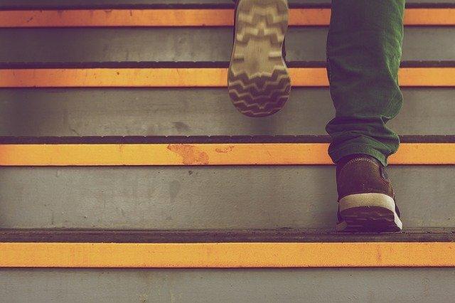 階段を上がっている