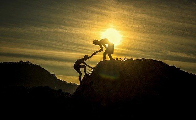 山を登る人たち