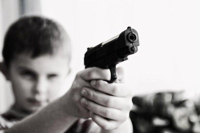 おもちゃの銃を構える少年