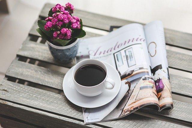 テーブルの上にある花、雑誌、コーヒー