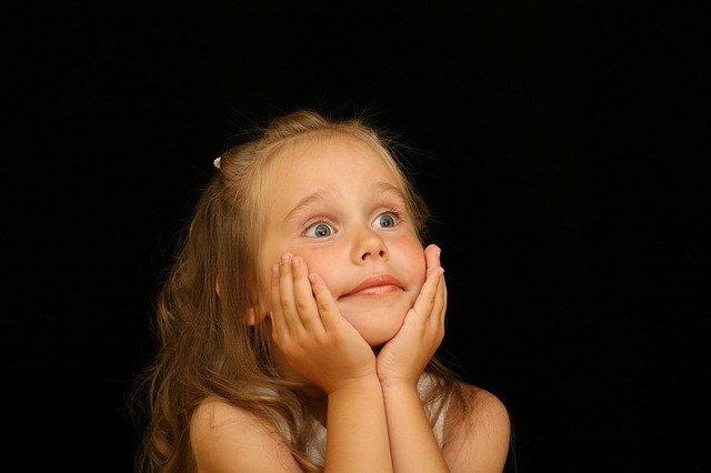 驚いた表情を浮かべている少女