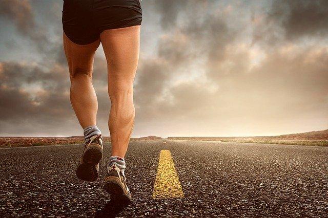 道路を走っている人