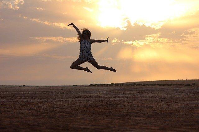 夕焼けを背にジャンプしている人