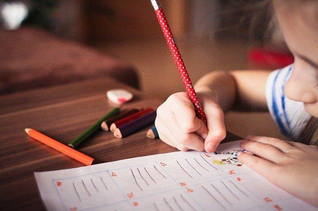 絵を描いている子供の写真