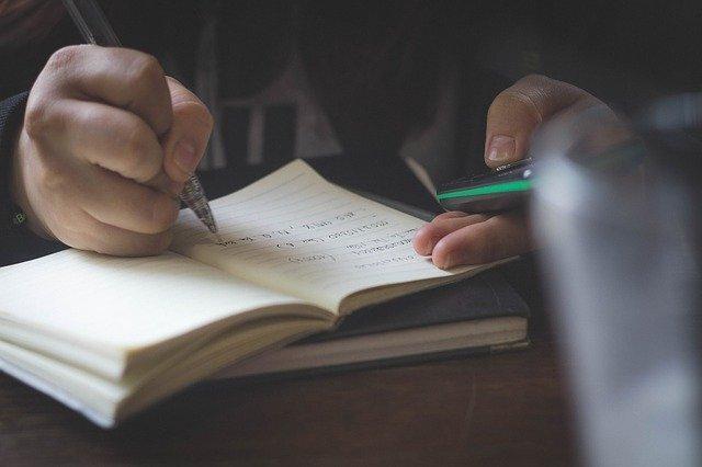 字を書いている人の写真