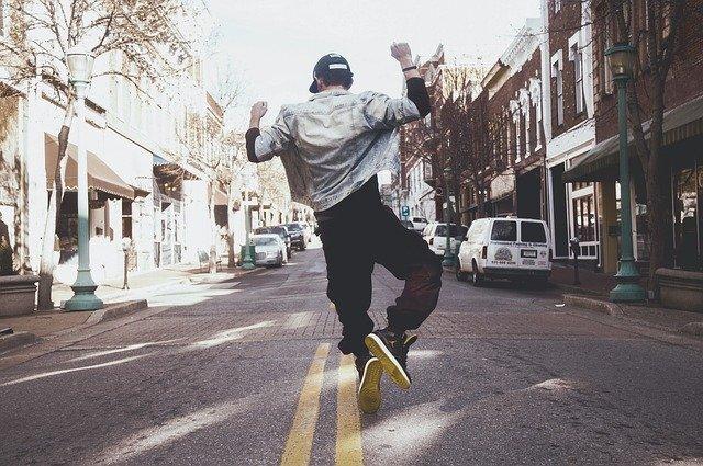 ジャンプしている男性の写真