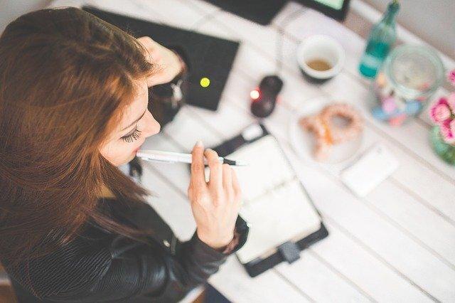 ペンを持った女性の写真
