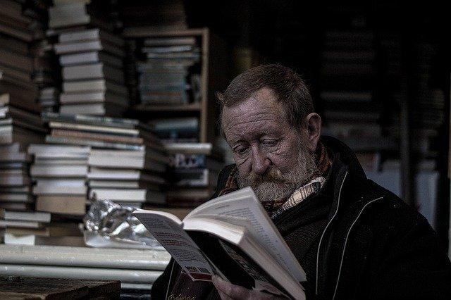 本を読む老人の写真