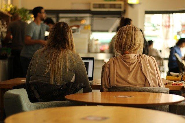 女性2人が自習する画像