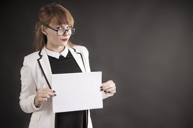 紙を持った女性