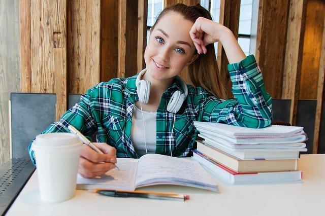 女性が勉強している画像