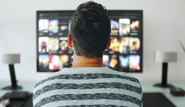 映画を見る男性