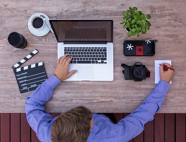パソコンで学習する男性