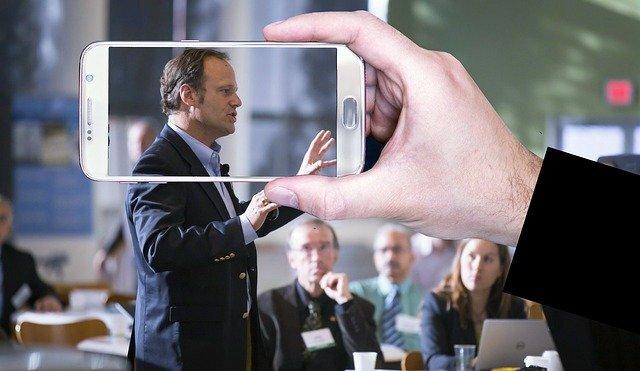 会議内で発言する男性